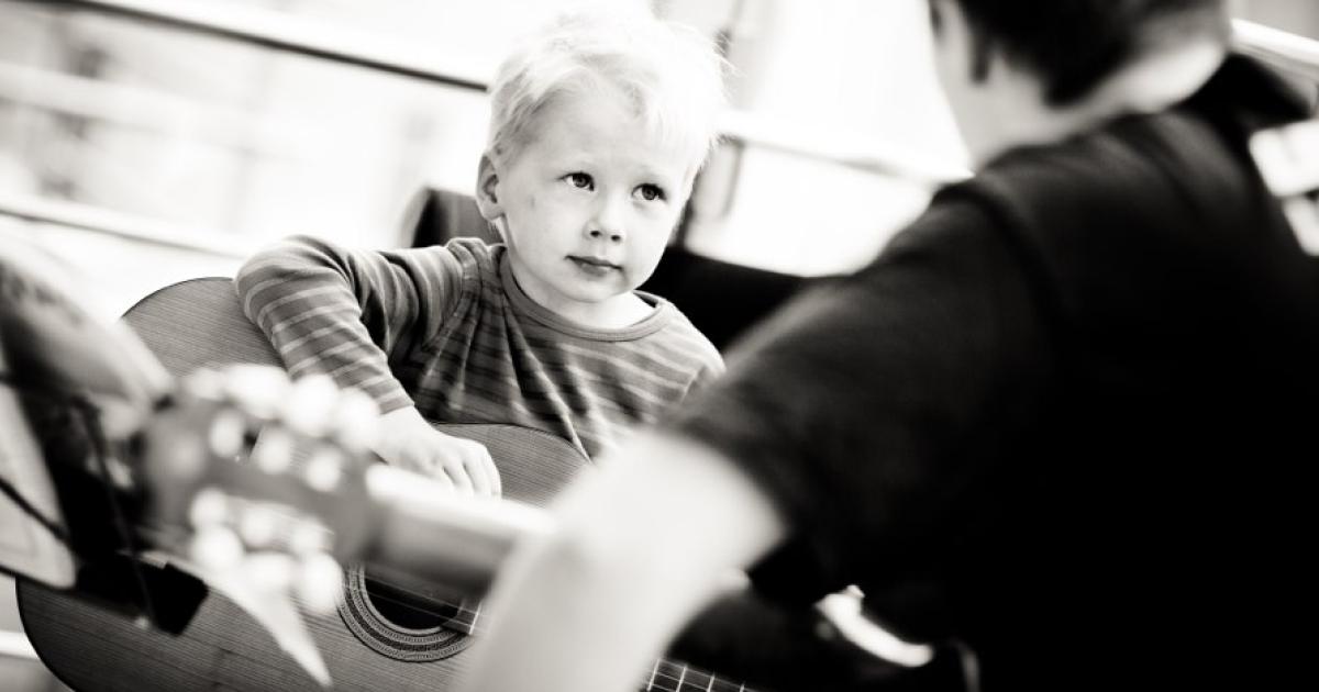 Pikkukitaristi kokeilee kitaraa, photo: Teemu Höytö
